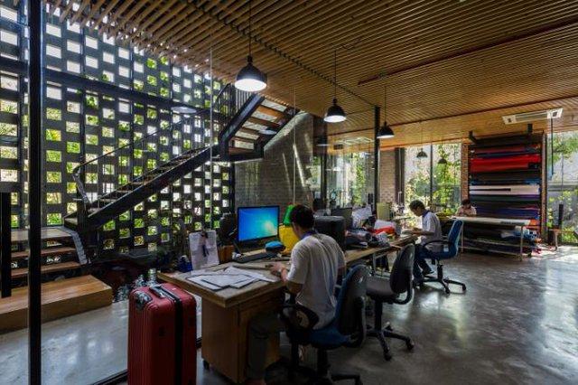 Khu nhà này được thiết kế 2 tầng với không gian tầng 1 dành cho lễ tân, phòng họp, nơi trưng bày sản phẩm …