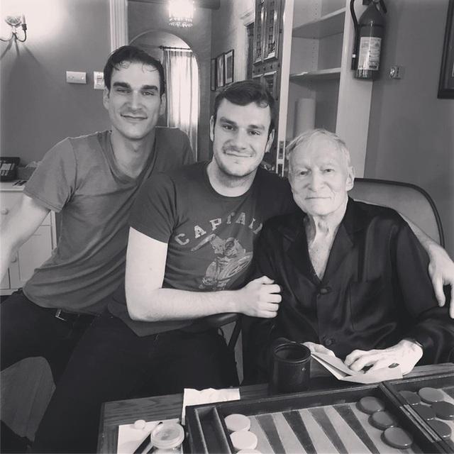 Marston (bên trái) chụp ảnh cùng cha và em trai