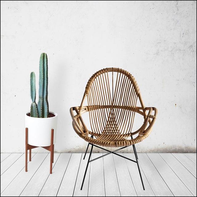 Với thiết kế thanh mảnh, chiếc ghế mây này rất thích hợp để đặt nơi góc ban công nhà bạn.