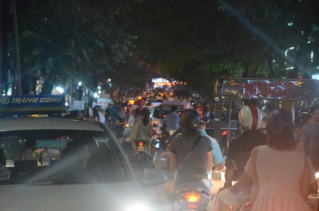 Xe máy, ô tô bị bùa vây trong dòng người đông đúc. Ảnh: Ngọc Thắng