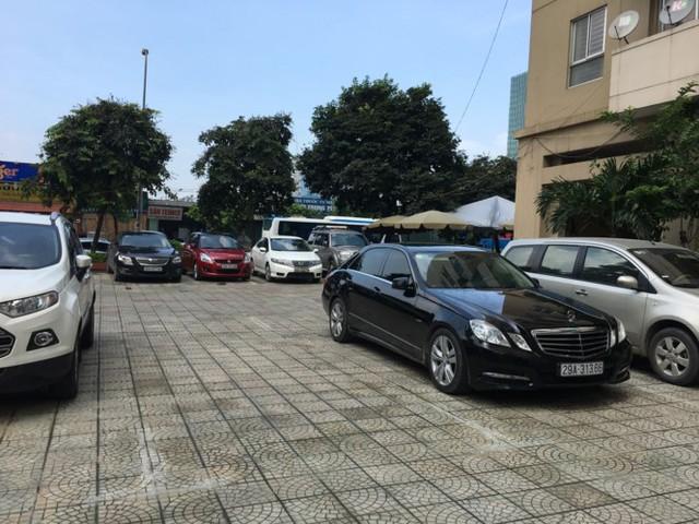 Tại khu đô thị Nam Trung Yên (Trung Hòa, Cầu Giấy), khá nhiều ô tô đỗ trên sân các tòa nhà.