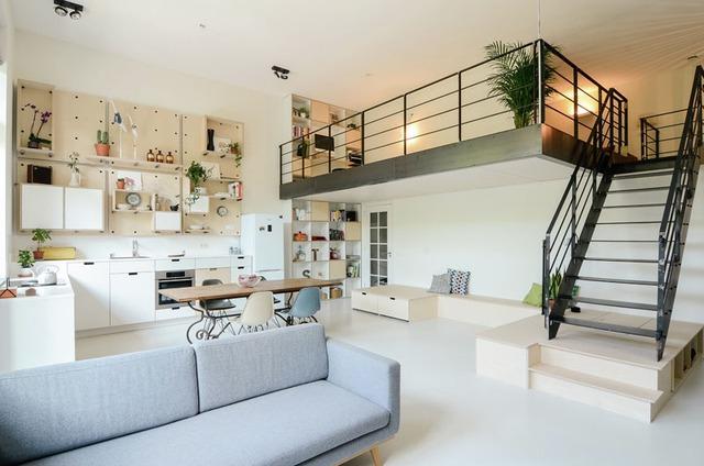 Một gác lửng tuyệt đẹp, là điểm nhấn bắt mắt cho bất kỳ ai bước chân vào nhà.