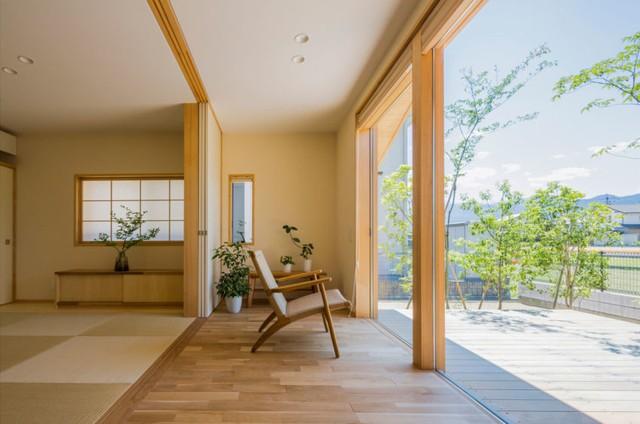 Điểm ấn tượng đặc thù của ngôi nhà này đấy là thay vì bức tường ngăn bí bách, trọn vẹn mặt đường ngôi nhà được kiến trúc bằng kính trong suốt khiên không gian trong nhà khi nào cũng tràn ngập ánh sáng mặt trời.