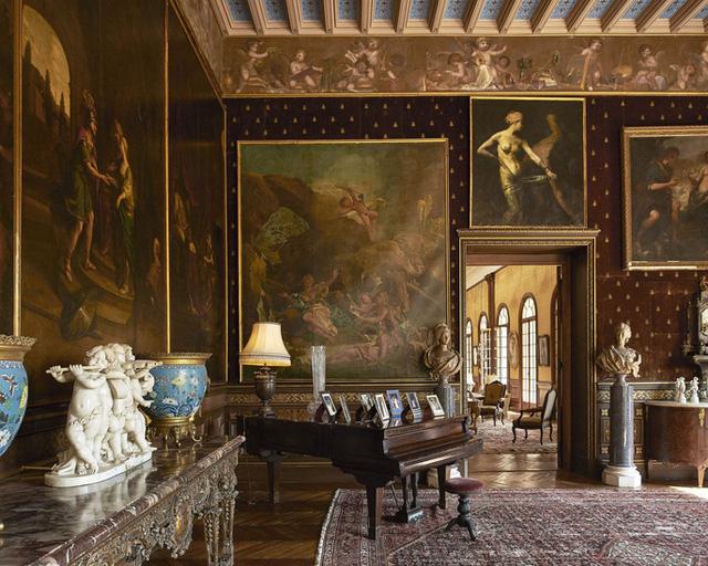 Phòng khách lớn theo phong cách Belle Époque. Ảnh: Ambroise Tezenas.