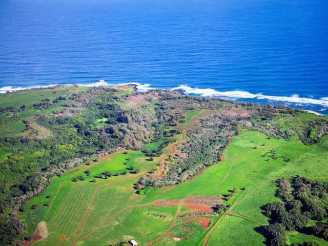 Năm 2014, danh mục bất động sản của tỷ phú trẻ được bổ sung 2 tài sản trên đảo Kauai, Hawaii. Chúng bao gồm Kahuaina Plantation, đồn điền mía đường rộng 357 mẫu và Pilaa Beach, bãi cát trắng 393 mẫu. Zuckerberg nói anh và vợ mua mảnh đất này vì muốn bảo tồn vẻ đẹp tự nhiên của nó.