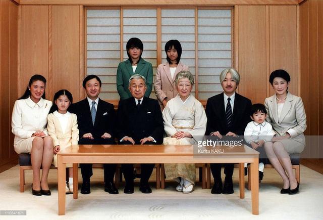 Thiên hoàng Akihito bên Hoàng hậu Michiko và con cháu. (Nguồn: Gettyimages)