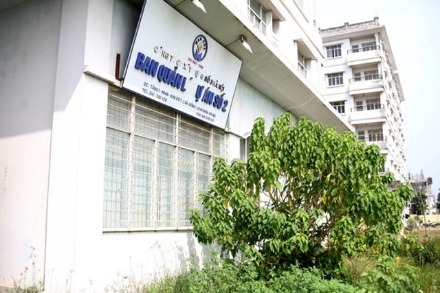 Văn phòng Ban quản lý dự án số 2 thuộc Handico 3 đặt tại tầng một khu nhà cũng bị bỏ hoang, cỏ, cây dại mọc che kín đường vào.