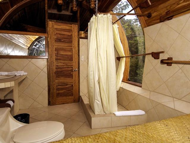 Không gian phòng tắm rộng thoáng với cửa kính trong suốt nhìn ra bên ngoài.