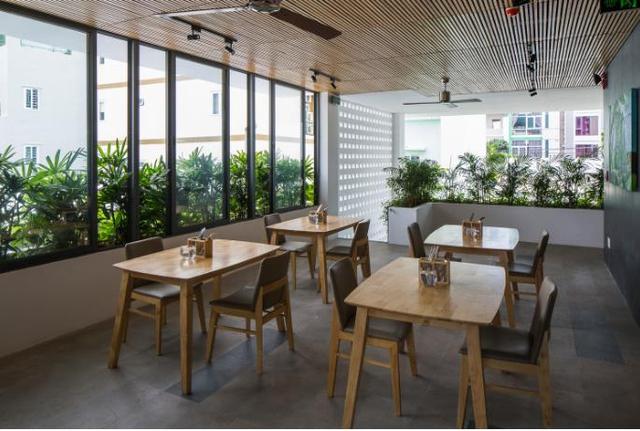 Không gian ăn uống trên tầng 2 tuyệt đẹp với cây xanh xung quanh.