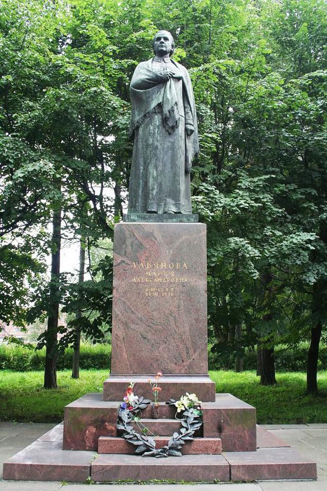 Tượng của bà được đặt ở công viên Saint Petersburg