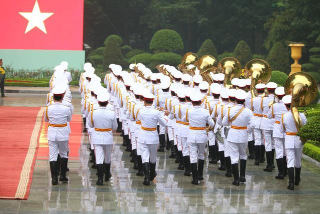 Đội danh dự vào vị trí sẵn sàng làm lễ đón tổng thống Mỹ