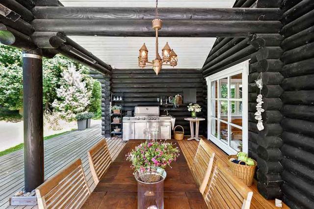 Khác biệt hoàn toàn với những ngôi nhà thông thường, toàn bộ tường nhà của công trình này được làm bằng gỗ nguyên thân đã được xử lý chống mối mọt và sơn chống thấm. Toàn bộ phần tường gỗ bên ngoài được sơn đen.