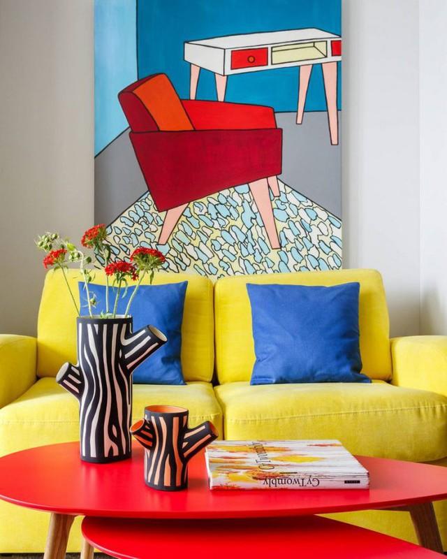 Tuy được bố trí khá đơn giản chỉ với những nội thất cần thiết như sofa, bàn trà nhưng các chi tiết trang trí đến từ màu sắc bắt mắt của nội thất và những bức trang tường lạ mắt đã tạo nên điểm nhấn và vẻ đẹp đặc biệt cho phòng khách.