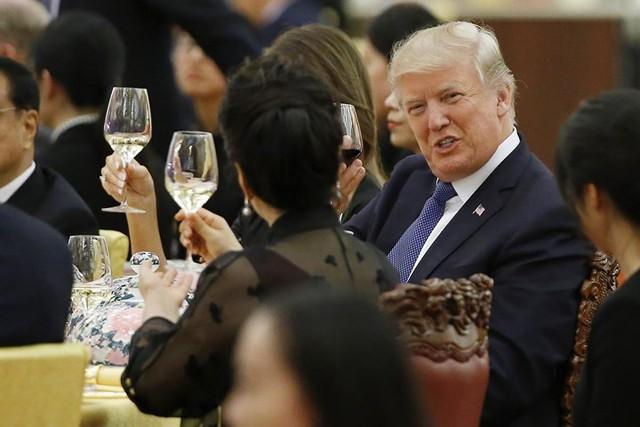 Tổng thống Trump nâng cốc chúc mừng tại bữa tiệc nhà nước do Chủ tịch Trung Quốc Tập Cận Bình tổ chức.