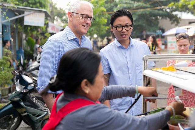 Thủ tướng Úc chăm chú nhìn quá trình làm bánh mì (Nguồn: Vietnamnet)