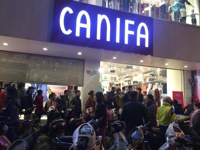 Cửa hàng phải tạm thời đóng cửa do lượng khách quá đông.
