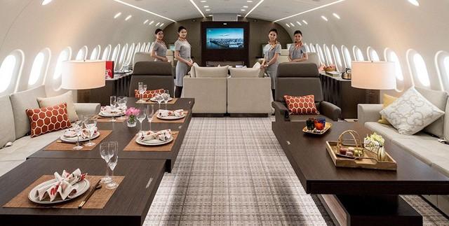 Ngay bên cạnh phòng khách là hai bàn ăn lớn có thể được dùng để phục vụ bữa tối, trà chiều hoặc một số bữa tiệc tùy theo đề nghị của khách. Tất cả một số món ăn sẽ được chế biến bởi một số đầu bếp tay nghề cao ngay trên máy bay.