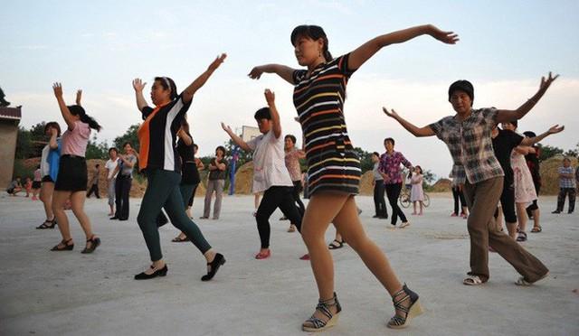 Ở một đất nước triệu dân như Trung Quốc thì nhảy tập thể chính là một cách hữu dụng để rèn luyện cơ thể và gặp gỡ, làm quen với bạn bè.