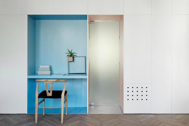 '' Một góc làm việc nhỏ tích hợp trong hệ thống tủ đựng đồ thuận tiện. ''