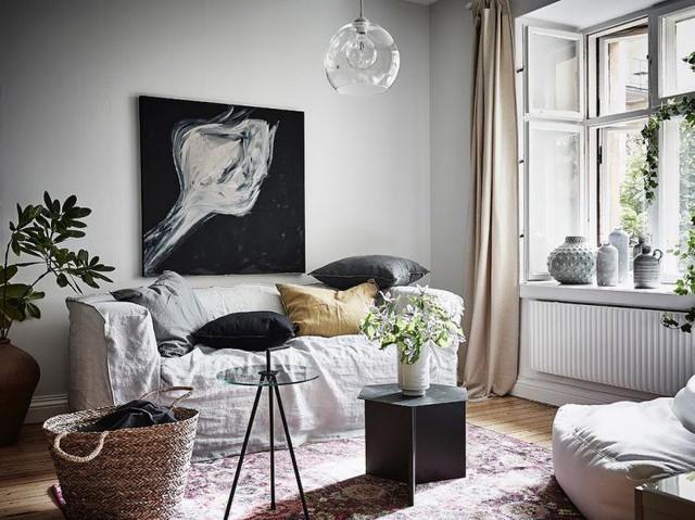 Để tránh việc chiếm nhiều diện tích, góc tiếp khách được chủ nhà trang bị một ghế sofa dài kê sát tường cùng bàn trà nhỏ xinh dễ dàng cơ động.