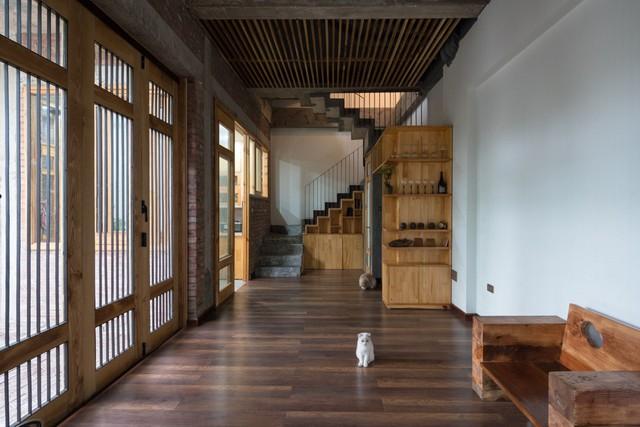 Không gian tầng 1 chủ nhà dành riêng cho phòng khách, phòng ăn và khu vực bếp. Nội thất bên trong hầu hết được sử dụng bằng gỗ mang lại không gian vừa gần gũi, thân thiện và ấm cúng.