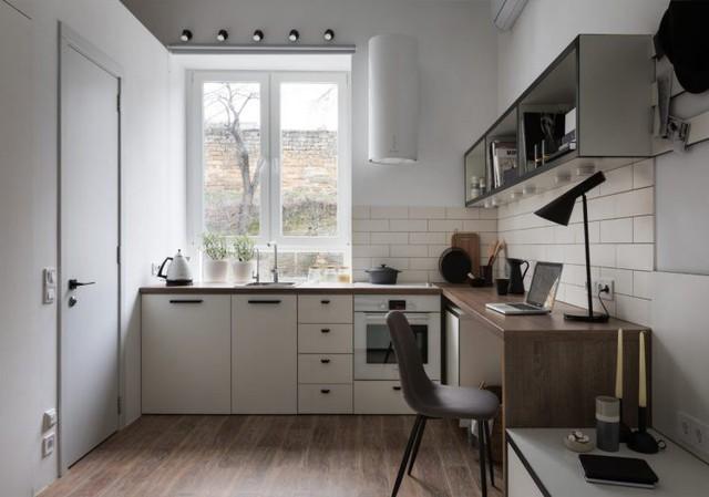 Khu vực chậu rửa và góc nấu ăn được đặt một nơi thoáng sáng nhất cạnh cửa sổ. Nơi đây chỉ có một hệ thống tủ kệ duy nhất đặt bên dưới với rất nhiều ngăn đảm bảo nhu cầu trữ đồ cho việc nội trợ.