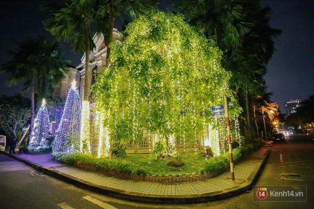 Giáng sinh lung linh ở phố nhà giàu Sài Gòn.