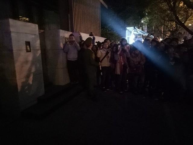 Hơn 21h, người dân vẫn tập trung trước nhà Vũ nhôm.