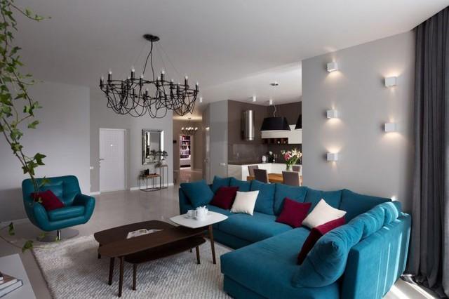 Bộ sofa xanh cùng bàn trà lạ mắt là điển nhấn đặc biệt cho góc nhỏ này.
