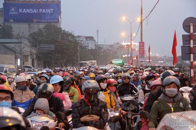 Trên đường Giải Phóng, người đi xe máy kiên nhẫn nhích từng mét. Ảnh: Trần Thường