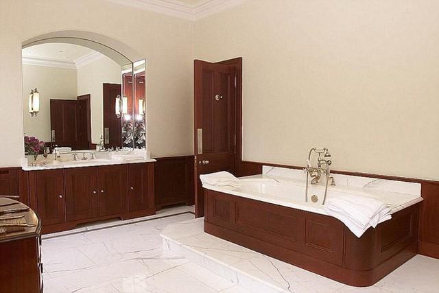 Phòng tắm rộng rãi được trang trí bằng đá hoa cương và các chi tiết gỗ.