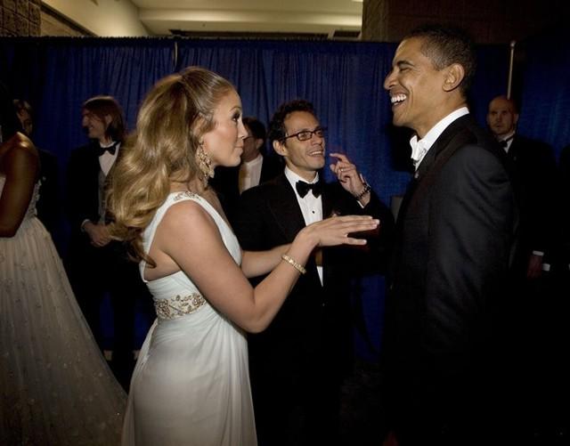 Danh ca nổi tiếng Jennifer Lopez là một trong những người bạn nổi tiếng của Tổng thống Obama. Lopez đã tích cực tham gia một số sự kiện trong chiến dịch tranh cử của ông. Bức ảnh chụp lại khoảnh khắc trò chuyện vui vẻ giữa hai người trong hậu trường buổi lễ nhậm chức của Obama ở Washington DC hồi tháng 1/2009. Ảnh: Getty.