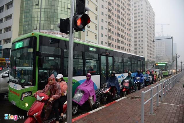 Đường phố Hà Nội ùn tắc trong mưa mù, trời tối sầm - ảnh 9