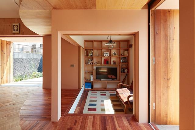 Các khu vực chức năng bên trong được thiết kế hoàn toàn mở khiến ngôi nhà trở nên thoáng rộng và tràn ngập ánh sáng tự nhiên.