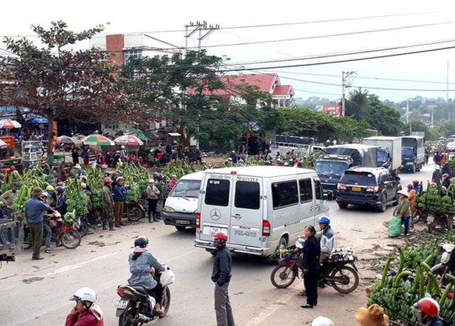 Lực lượng chức năng phải căng mình điều tiết giao thông, giải tỏa ùn tắt