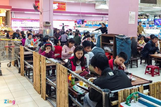 Ngoài rau củ, khu vực đồ ăn nhanh tại siêu thị cũng tấp nập khách ghé dùng bữa.