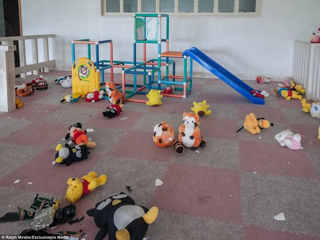 Khu vui chơi của trẻ em im ắng, đồ chơi sót lại trên sàn. Tuy không còn được khách du lịch ghé thăm, khách sạn này vẫn đón các nhiếp ảnh gia hứng thú với vẻ tồi tàn của nó .