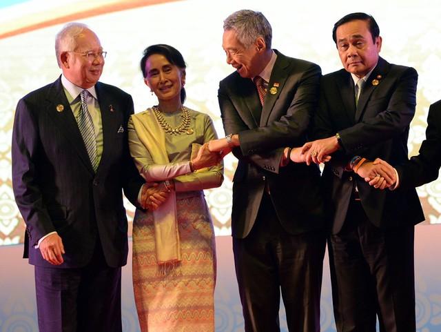 Nói về vai trò của ASEAN, ông Lý cho rằng việc Singapore là thành viên ASEAN là một điều hữu ích và thiết yếu đối với quốc gia này. (ASEAN) không tham vọng như Liên minh châu Âu (EU), nó không nhắm đến việc hợp nhất chính trị hay hòa nhập kinh tế toàn bộ. Nhưng nó là chiếc phao cứu sinh mà nhờ đó tiếng nói của chúng tôi có sức nặng hơn trên thế giới, ông nói. Trong vấn đề Biển Đông, lợi ích của Singapore là tự do hàng hải, luật pháp quốc tế và sự gắn kết của ASEAN. Trong ảnh, ông Lý và lãnh đạo các nước ASEAN trong hội nghị thượng đỉnh hồi tháng 9/2016. Ảnh: Getty.