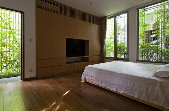 Từ bên trong, bất kỳ không gian nào cũng được tiếp xúc trực tiếp với cây xanh. Ở mỗi phòng chủ nhà đều có thể thoải mái ngắm nhìn cây xanh và đón nắng, gió trong lành.