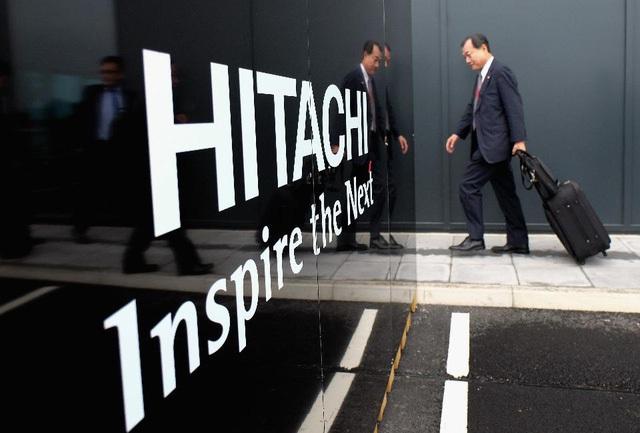 Một doanh nhân người Nhật trên đường đến dự lễ mở cửa nhà máy sản xuất tàu hỏa của Hitachi tại Anh.