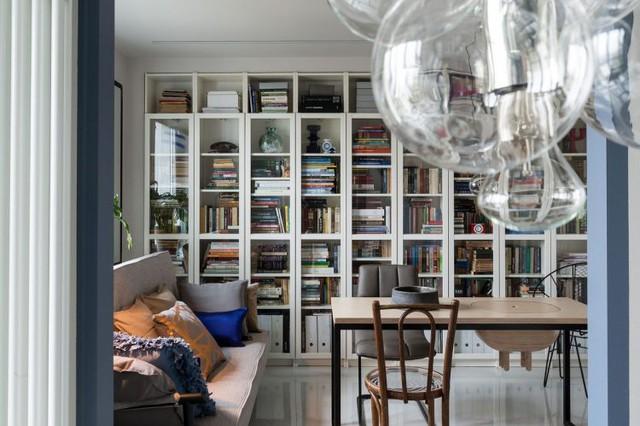 Một chiếc giá sách dài chiếm trọn một bức tường cũng đủ thấy chủ nhà là người rất yêu sách.