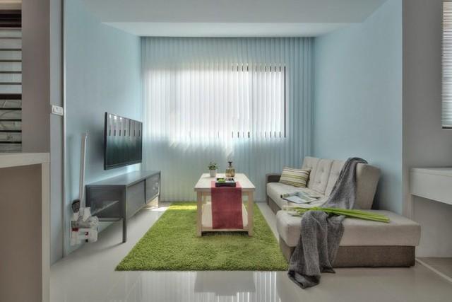 Điểm gây ấn tượng nhất nơi phòng khách là tấm thảm xanh vô cùng mát mắt.