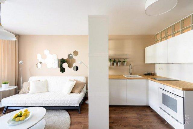Việc dùng kệ gỗ tiện lợi này là giải pháp thông minh khiến không gian bếp ăn được tách biệt hoàn toàn mà vẫn bảo đảm thoáng sáng.