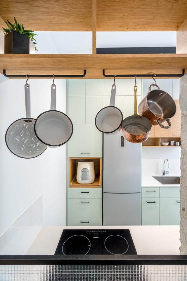 Căn bếp nhỏ đảm bảo đủ dụng cụ làm bếp tối thiểu.