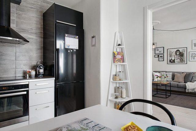 Khu bếp và bàn ăn được bố trí trong một khu khác cạnh phòng khách.