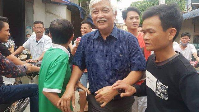 Đại biểu QH Dương Trung Quốc cùng người dân thôn Hoành