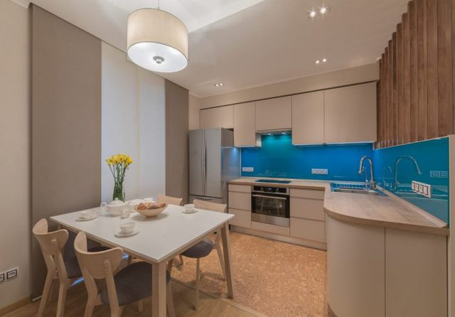Không gian bếp tuy không lớn nhưng được thiết kế tuyệt đẹp, sạch, mát và tiện nghi với hệ thống tủ kệ khép kín.