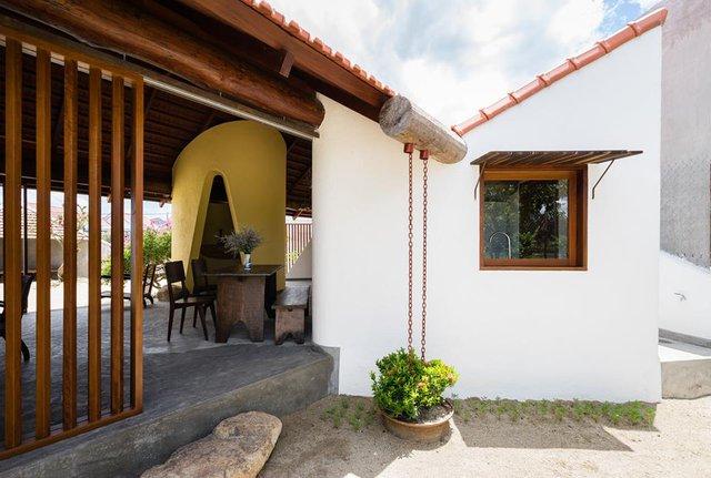 Không gian bên trong ngôi nhà rộng thoáng với nhiều khoảng sân vườn rộng và cây xanh.