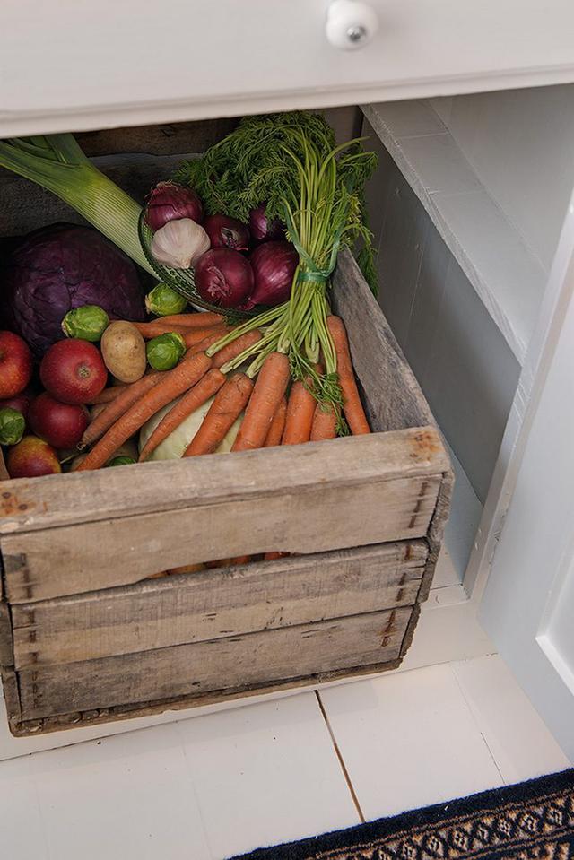 Kệ bếp bên dưới dùng làm không gian để thực phẩm tươi sạch vô cùng thuận tiện.