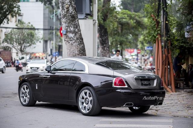 Bên trong chiếc Rolls-Royce Wraith này không rõ có được thiết kế đặt riêng theo ý muốn của chủ xe hay không. Nhưng ở bản tiêu chuẩn thì Wraith cũng đã được trang bị các chi tiết bọc da cao cấp kết hợp các chi tiết ốp gỗ cao cấp. Trần xe được gắn hệ thống đèn LED mô phỏng bầu trời sao tương tự như trên mẫu Phantom. Theo Rolls-Royce, có tới 1.340 bóng đèn LED được gắn lên trần chiếc Wraith.